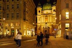 Iglesia del ` s de San Pedro o fachada 1733 de Peterskirche en la noche, Vien Foto de archivo libre de regalías