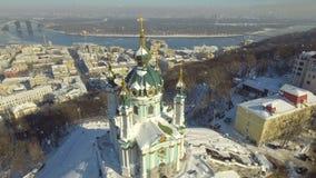 Iglesia del ` s de St Andrew Visión desde arriba Imágenes de vídeo aéreas Nieve que cae almacen de metraje de vídeo