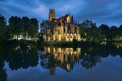 Iglesia del ` s de St John en el lago fire en Stuttgart en oscuridad, Alemania Foto de archivo libre de regalías