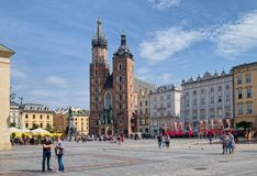 Iglesia del ` s de St Mary en la plaza del mercado principal en la ciudad vieja, Kraków, P Imagen de archivo libre de regalías