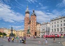 Iglesia del ` s de St Mary en la plaza del mercado principal en la ciudad vieja, Kraków, P Fotos de archivo libres de regalías