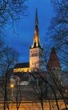 Iglesia del ` s del St Olaf en la ciudad vieja en oscuridad, Estonia de Tallinn Fotos de archivo libres de regalías