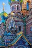 Iglesia del salvador en la sangre derramada - iglesia de los 1880s con vibrante prodigue el diseño - St Petersburg - Rusia Imagen de archivo libre de regalías