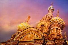 Iglesia del salvador en la sangre Spilled o catedral de la resurrección de Cristo en la puesta del sol, St Petersburg imagen de archivo