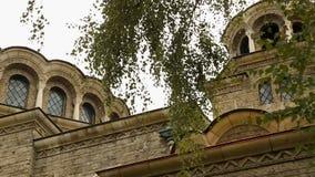 Iglesia del santo Nedelya a los diversos ángulos rodeado por el verdor, vista cultural almacen de metraje de vídeo
