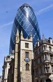 Iglesia del St Andrew Undershaft y el pepinillo en Londres Fotografía de archivo