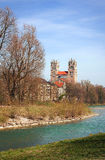 Iglesia del St Maximiliano y río Munich de Isar Imágenes de archivo libres de regalías