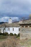 Iglesia del St Nikola con el tejado de piedra en el pueblo de Kovachevitsa fotografía de archivo