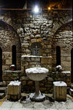 Iglesia del St. Petka bien con agua del acebo en invierno Fotografía de archivo
