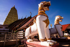 Iglesia del templo de Tailandia en cielo del bule Fotos de archivo