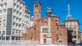 Iglesia del timelapse de San Babila y la columna con el león en el top en la avenida Buenos Aires en Milán almacen de video