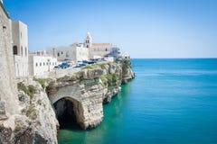Iglesia delante del mar adriático en el Vieste Italia Foto de archivo libre de regalías