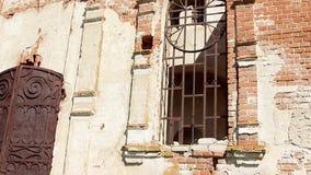 iglesia destruida en Rusia Catedral rural cristiana rusa vieja bajo reconstrucción almacen de video