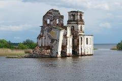 Iglesia destruida vieja en el r?o de Sheksna El pueblo de Krokhino, fue inundado en 1961 con el relleno del dep?sito de Sheksna imagen de archivo