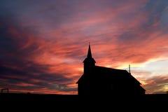 Iglesia durante puesta del sol imagenes de archivo