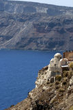 Iglesia en borde de la roca en Santorini Imagen de archivo
