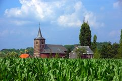 Iglesia en campo de maíz. Fotografía de archivo libre de regalías