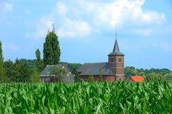Iglesia en campo de maíz fotos de archivo