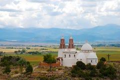 Iglesia en campos de desatención de una colina Imagenes de archivo
