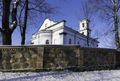 Iglesia en ciudad lituana imagenes de archivo