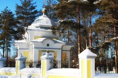 Iglesia en el bosque del invierno foto de archivo libre de regalías