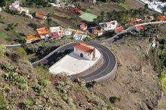 Iglesia en el camino serpentino abajo al rey del gran de Valle Foto de archivo libre de regalías