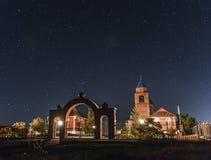 Iglesia en el cielo estrellado Fotos de archivo