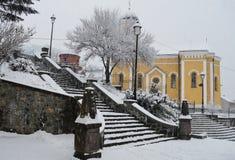 Iglesia en el cuadrado de ciudad en invierno Fotografía de archivo