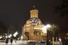 Iglesia en el invierno Ciudad de la noche fotos de archivo libres de regalías