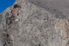 iglesia en el medio de la cuesta de montaña de Perissa, Imagen de archivo