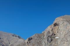 iglesia en el medio de la cuesta de montaña de Perissa, Imagenes de archivo