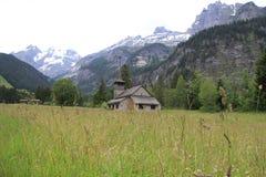 Iglesia en el pie de montañas Fotografía de archivo libre de regalías