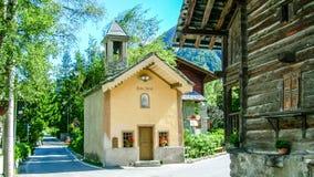 Iglesia en el pueblo alpino de Gressoney imagen de archivo