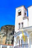 Iglesia en el pueblo de Kastraki cerca de las montañas de Meteora imagenes de archivo