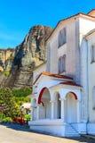 Iglesia en el pueblo de Kastraki cerca de las montañas de Meteora fotos de archivo libres de regalías