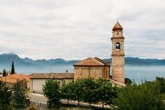 Iglesia en el pueblo de montaña fotografía de archivo libre de regalías