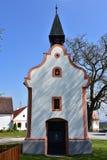 Iglesia en el pueblo protegido la UNESCO de Holasovice foto de archivo