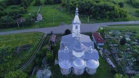 Iglesia en el pueblo ruso aero- 05 video almacen de metraje de vídeo