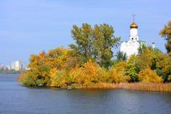 Iglesia en el río imagenes de archivo