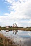 Iglesia en el río Imagen de archivo libre de regalías