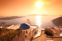 Iglesia en Fira contra puesta del sol, Grecia de Santorini Imagen de archivo libre de regalías
