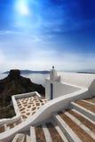 Iglesia en Fira contra puesta del sol, Grecia de Santorini Fotos de archivo libres de regalías