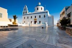 Iglesia en la aldea Oia, Santorini foto de archivo