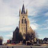 Iglesia en la ciudad de Bélgica imagenes de archivo