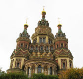 Iglesia en la ciudad de Peterhof en el norte de Rusia Foto de archivo libre de regalías