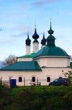 Iglesia en la ciudad rusa de Suzdal en otoño en la puesta del sol Foto de archivo