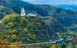 Iglesia en la colina verde Imagenes de archivo