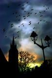Iglesia en la ilustración clowdy colorida del cielo stock de ilustración