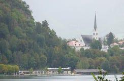 Iglesia en la isla en el medio del lago sangrado, Eslovenia foto de archivo