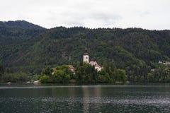 Iglesia en la isla en el medio del lago sangrado eslovenia Fotografía de archivo